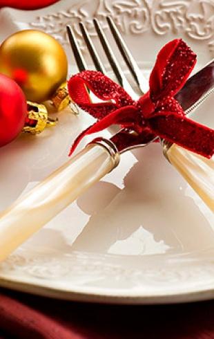 Новогодний декор: как украсить гостиную и праздничный стол