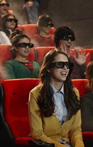 Куда пойти, если все вгоняет в скуку: кино с движущимся креслом, ветром и водными вспышками