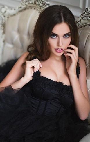 Новая пассия Дмитрия Тарасова удивила выбором дешевого наряда (ФОТО)