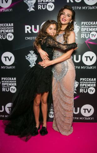 Анна Седокова вышла в свет после рождения сына вместе с 12-летней дочерью (ФОТО)