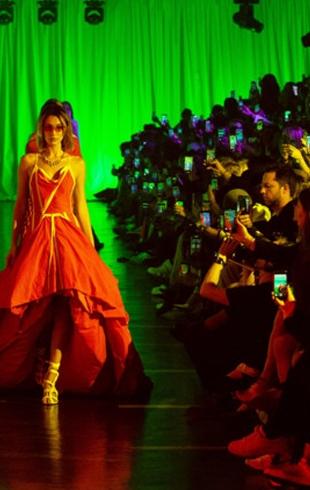 Off-White на Неделе моды в Париже: будем носить платья-авоськи и сумки с дырами
