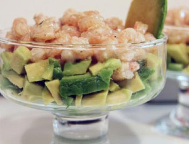 Новогодний салат из курицы, креветок и авокадо