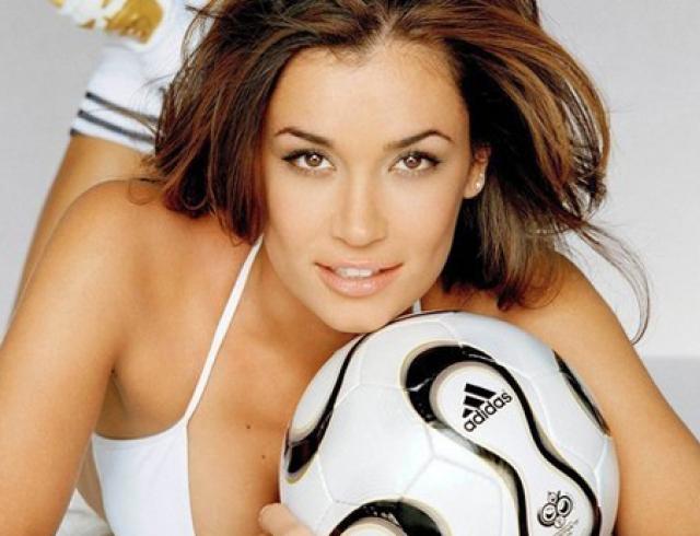Футбольная женская мода лета-2012