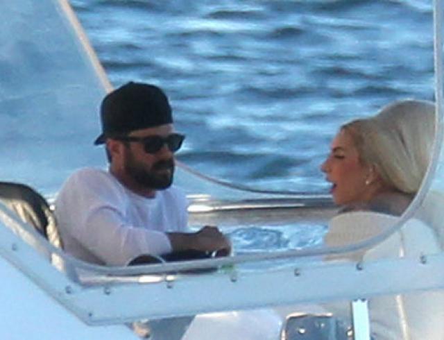 Леди Гага прокатила бойфренда на яхте. Фото