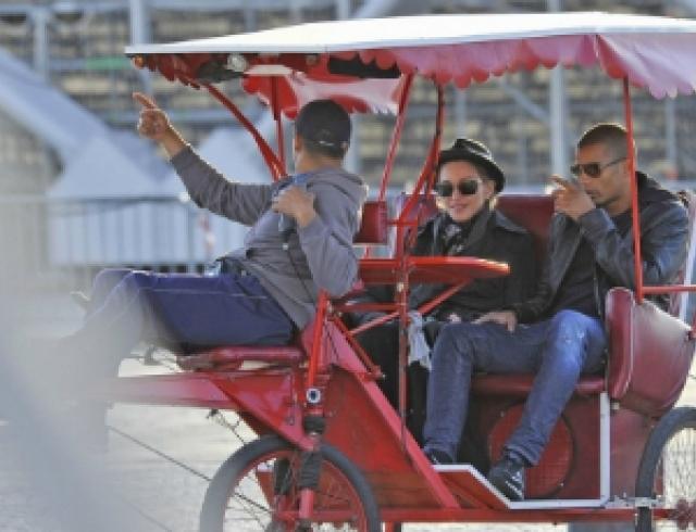 Мадонна с бойфрендом посетила Париж. Фото