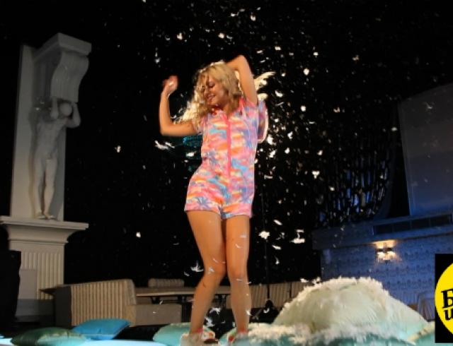 """""""Богиня шопинга"""": мастер-класс от пышногрудой блондинки"""