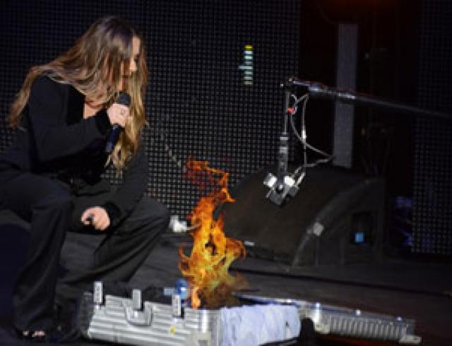 Могилевская сожгла вещи бывшего мужа во время концерта. Фото