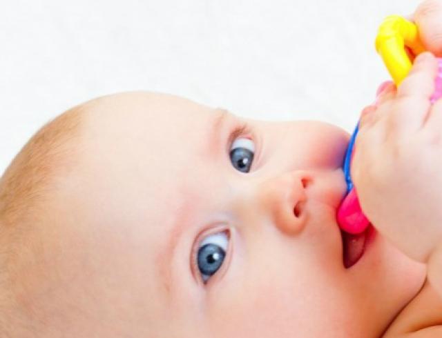 Появление первых зубов у детей: что нужно знать?