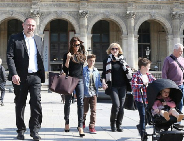 Виктория Бекхэм с детьми посетила Лувр. Фото