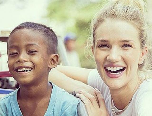Рози Хантингтон-Уайтли побывала в Камбодже в рамках акции UNICEF