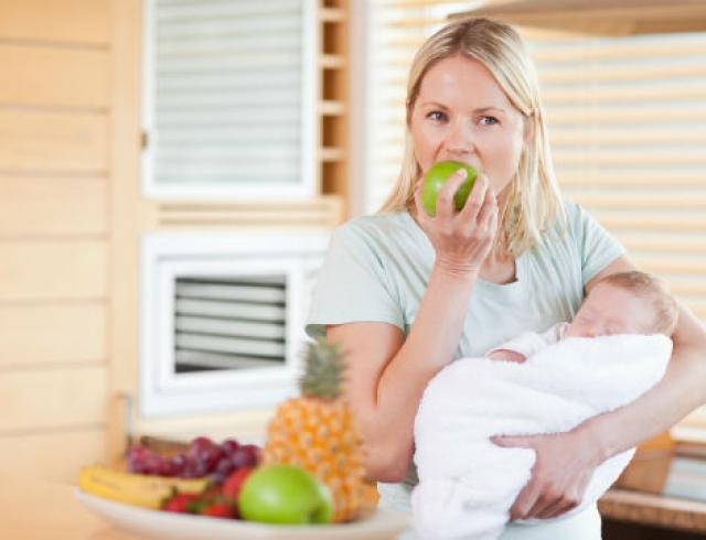 Что и когда можно есть кормящей маме