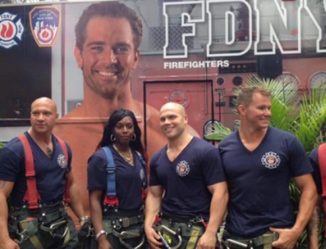 Для легендарного календаря с нью-йоркскими пожарными впервые снялась женщина