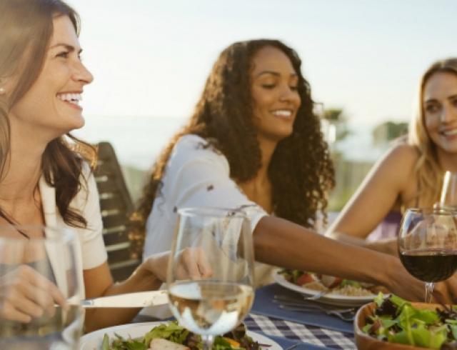 Почему нельзя есть в компании полных людей