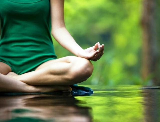 Как йога спасает от стресса: 4 практики для полного релакса