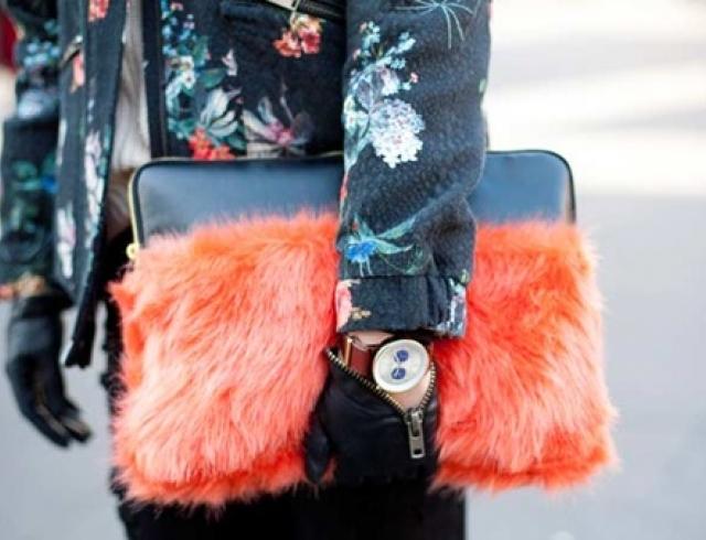 Что купить: 20 пушистых сумок на зиму