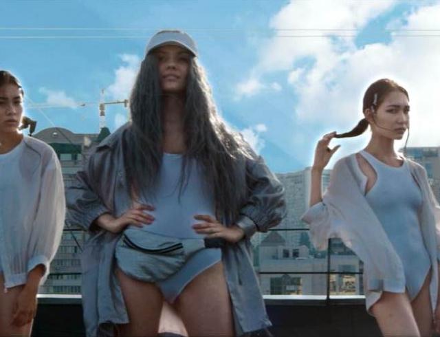 Эрика выпустила новый клип, в котором она с седыми волосами танцует на крыше