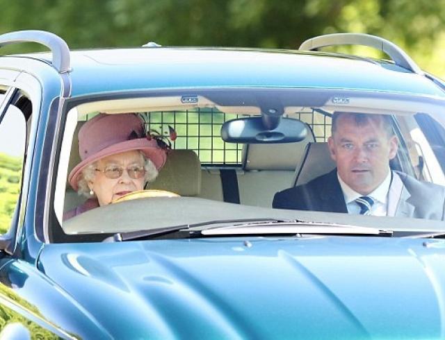 Королева бензоколонки: Елизавета II ездит без прав по газонам