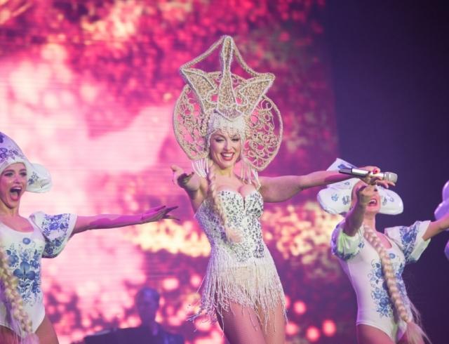 Суперблондинка разбрасывалась деньгами: во время концерта Полякова выбросила свой гонорар в зал