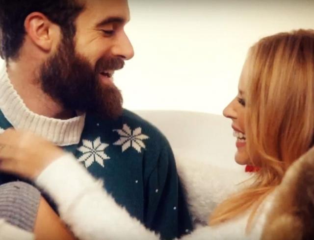 Кайли Миноуг сняла нового парня в рождественском клипе