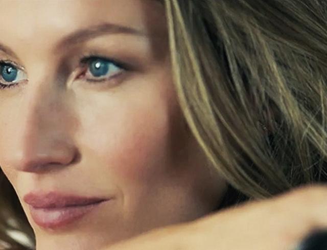 Сила аромата: Жизель Бундхен в новом рекламном видео для Chanel