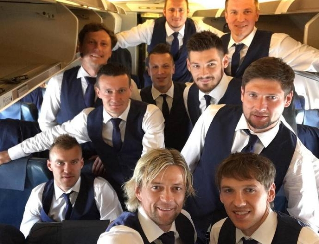Евро 2016: наша сборная в деловых костюмах похвасталась стильными селфи