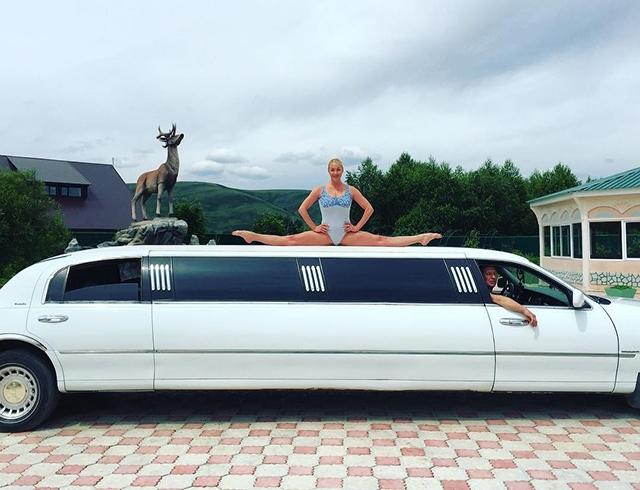Анастасия Волочкова «оседлала» белый лимузин: новый шокирующий шпагат балерины
