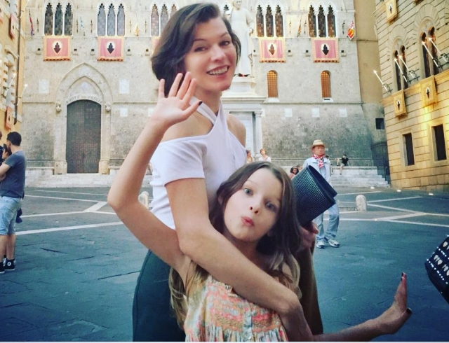 Милла Йовович показала подросших красавиц-дочерей (ФОТО)