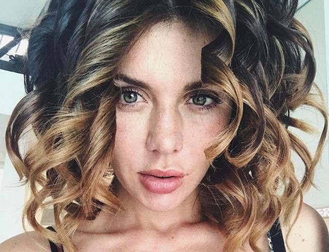 Декольте и красная помада: Анна Седокова впечатлила подписчиков сексуальным селфи (ФОТО)