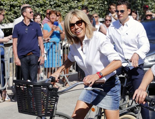 В мини-юбке на велосипеде: первая леди Франции Бриджит Макрон совершила велопрогулку (ФОТО)