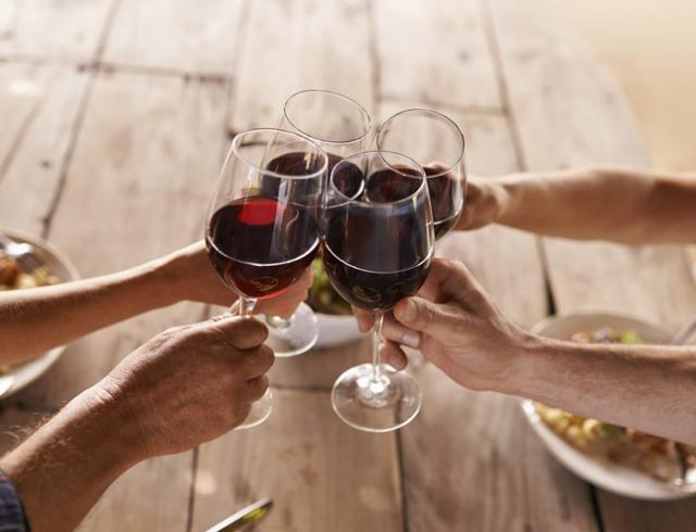 Ученые: люди стали пить алкоголь больше из-за размера бокалов
