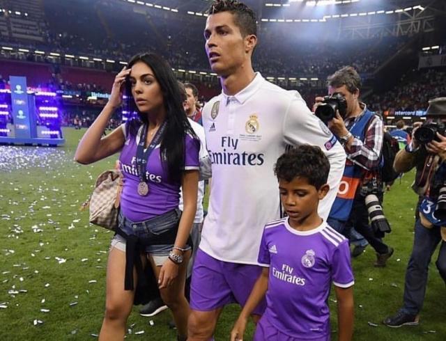 Девушка Криштиану Роналду родит ему дочь в октябре: футболист снова расширяет семейство
