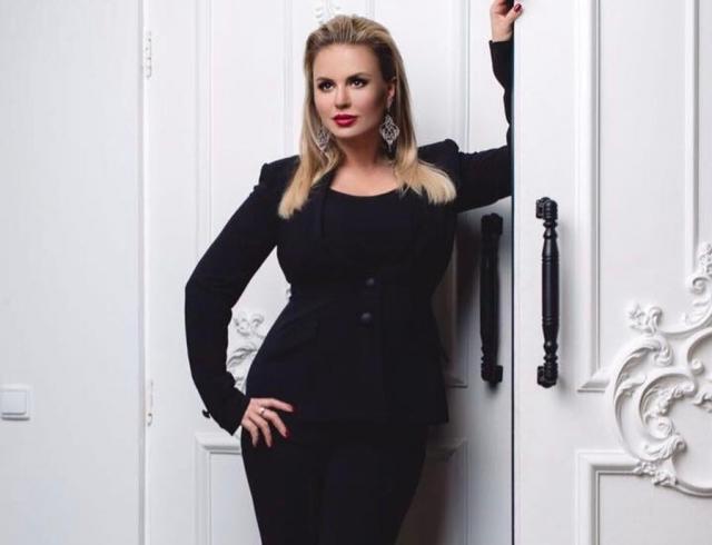 Анна Семенович в сексуальном боди показала пикантный бекстейдж нового клипа (ВИДЕО)