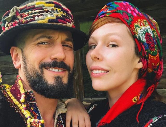 Отдых по-украински: помолвленные Соня Плакидюк и Ричард Горн примерили гуцульские наряды в Карпатах (ФОТО)