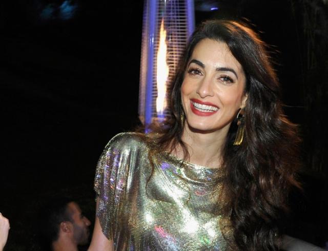 Амаль Клуни восхитила стильным образом на вечеринке Versace (ФОТО)