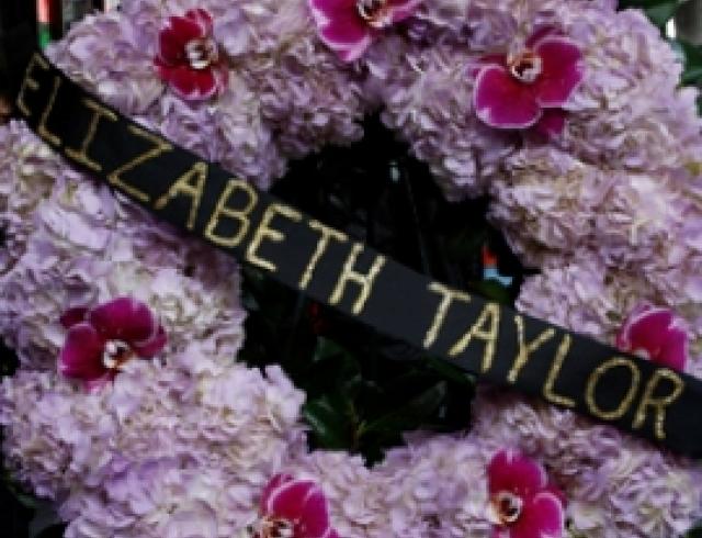 Похороны Элизабет Тейлор прошли с опозданием