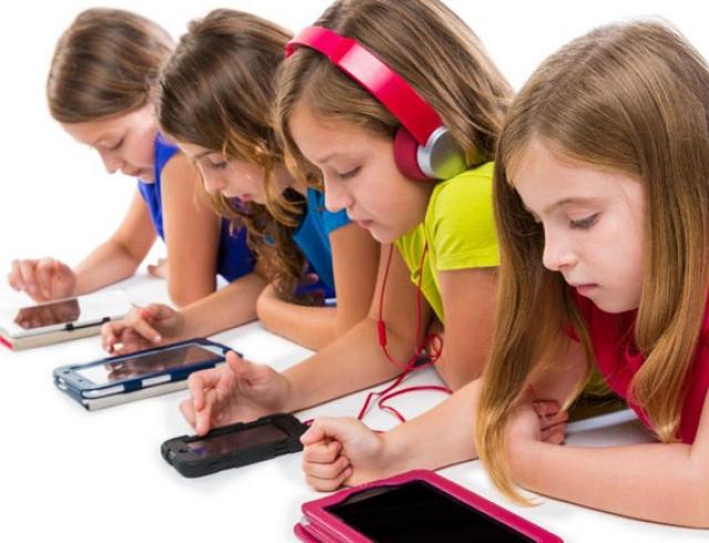 """Поколение растет в погоне за """"лайками"""": эксперты утверждают, что сейчас дети очень зависимы от социальных сетей"""