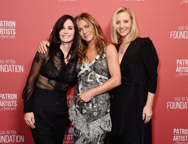 Стильные подруги: Дженифер Энистон, Кортни Кокс и Лиза Кудроу на вечеринке в Беберли-Хилз (ФОТО)