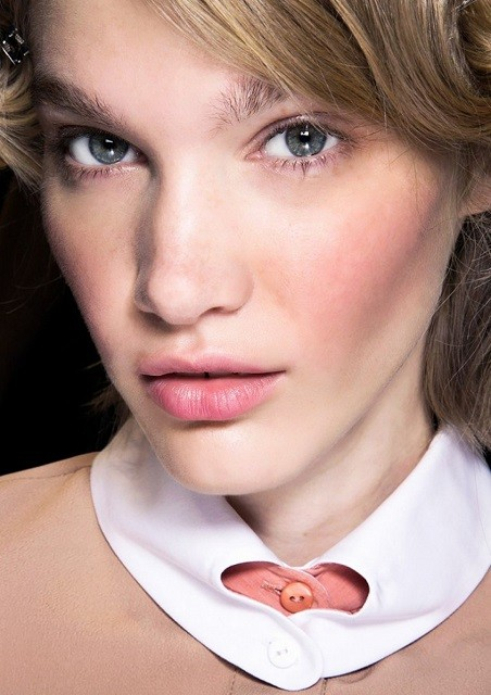 Естественные брови, стрелки, влажные губы: тренды в зимнем макияже 2020 - галерея №2 - фото №3