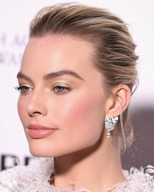 Естественные брови, стрелки, влажные губы: тренды в зимнем макияже 2020 - галерея №1 - фото №3
