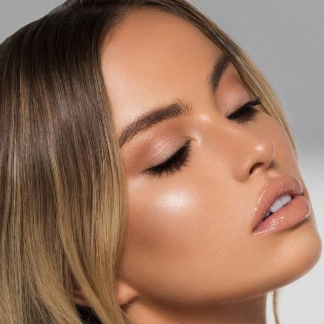 Естественные брови, стрелки, влажные губы: тренды в зимнем макияже 2020 - галерея №5 - фото №2