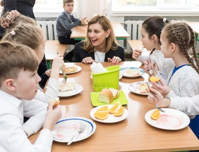 Елена Зеленская с Евгением Клопотенко вчера проверили работу новой программы питания и продегустировали еду в школьных столовых (ФОТО)