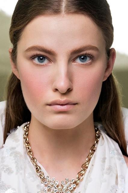Естественные брови, стрелки, влажные губы: тренды в зимнем макияже 2020 - галерея №2 - фото №1
